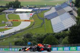 Bottas wint knotsgekke openingsrace, dramatische start Red Bull
