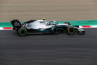 Mercedes wint constructeurstitel na winst Bottas, Verstappen valt uit op Suzuka