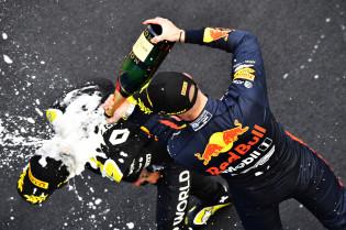 Ricciardo vindt Verstappen de betere coureur: 'Ik zou nee moeten zeggen, maar Max is de beste'