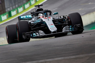 Hamilton hoopt op regen: 'Vind het geweldig om in de regen te rijden'