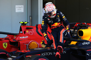 Webber analyseert start Suzuka: 'Leclerc verpestte de race van allebei de coureurs'