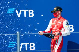 Onderweg naar F1 | Superieure Schumacher zet zoden aan de dijk