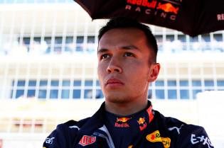 Brundle: 'Albon moet gewoon een keer in Max zijn versnellingsbak zitten'