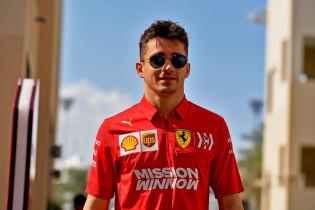 Ondertussen in de F1 | De vriendin van Leclerc in de simulator