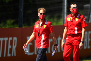 Vettel: 'Een simpele begroeting wordt ineens een enorm verhaal'