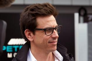 'Wolff verdient acht miljoen euro per jaar bij Mercedes'