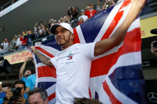 Hilarische praktijken bij Mercedes: Will Smith ontvoert Hamilton en wil in F1-wagen rijden