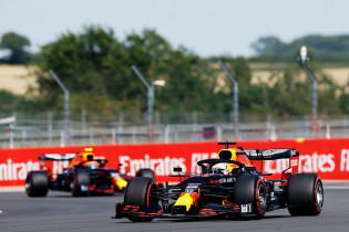 Hamilton wint race met lekke band, Verstappen tweede door pitstop