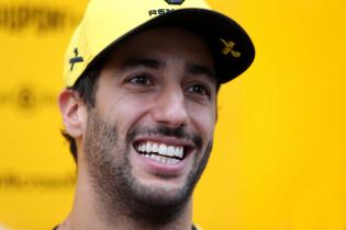 Ricciardo neemt pet af voor Mercedes: 'Ze leveren geweldig werk af'