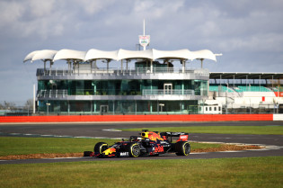Uitslag VT2 GP Zeventigjarig bestaan | Mercedes domineert, Verstappen P4 achter Ricciardo