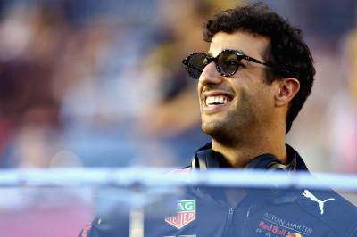 Ricciardo bedenkt cadeau voor Verstappen: 'Misschien draag ik overwinning gewoon aan hem op'