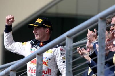Verstappen geint met Hamilton: 'Hadden paar keer moeten wheelbangen'