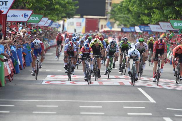 Vuelta-debutant Jakobsen klopt nipt Bennett en schiet raak in etappe vier