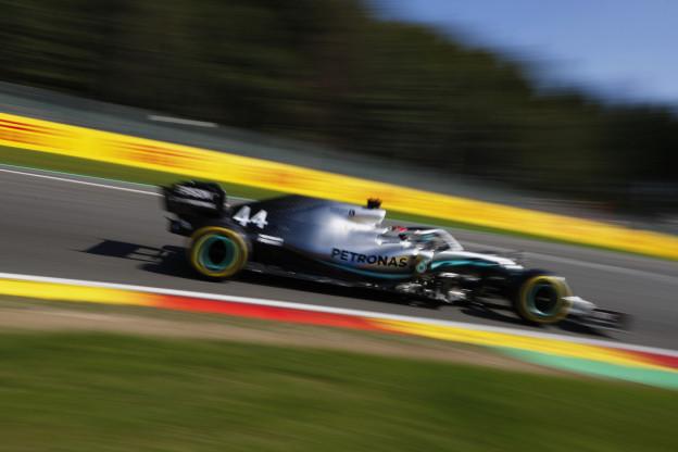 Hamilton jaloers op Ferrari: 'Een volle seconde sneller, alleen al op het rechte stuk'