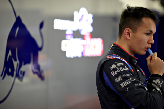 Albon geeft fout toe na crash in training: 'Had met onervarenheid te maken'