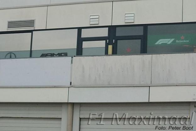 Update | Foto's duiken op van F1-stickers boven pitboxen op Zandvoort