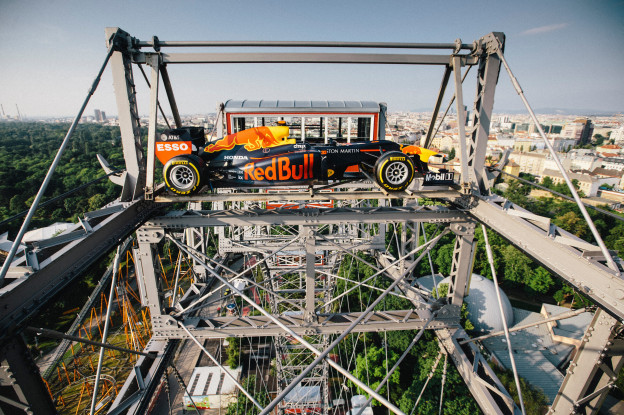 Ondertussen in de F1 | Nieuwe marketingstunt Red Bull: F1-bolide in reuzenrad