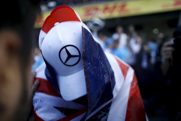 Ondertussen in de F1 | Hamilton skydivet op hoge hoogte in knaloranje sneakers