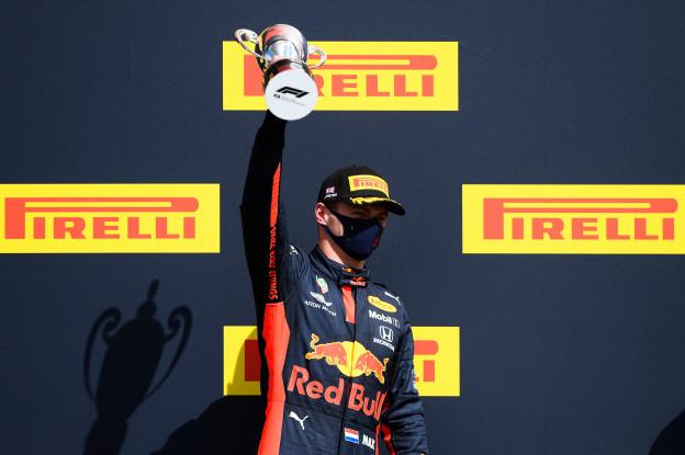 Beelden: Hamilton pakt stiekem trofee Verstappen van het podium