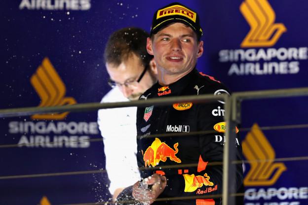 Verstappen over crash met Ricciardo in Baku: 'Ja, dat gevecht was wel lachen'