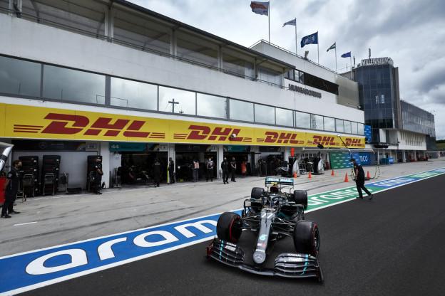 Hamilton bevestigt strategische onmacht Mercedes: 'Verstappen speelde met ons'