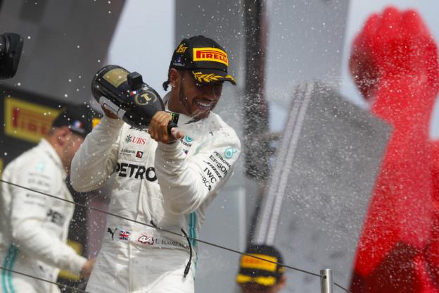 Hamilton over strijd in bocht 4 met Verstappen: 'Wilde geen risico nemen'