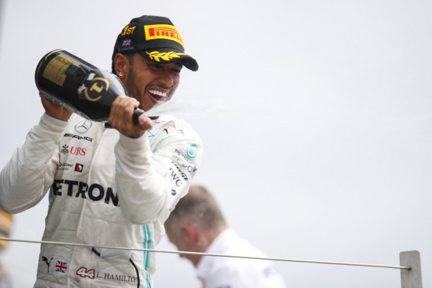 Hamilton over toekomstplannen: 'Vol vertrouwen dat Mercedes dominant team blijft'