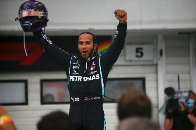 Waarom mocht Hamilton de race uitrijden? 'Hij bracht niemand in gevaar'