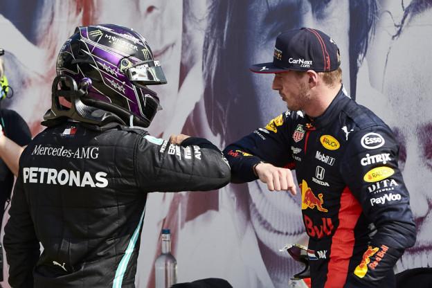 Hamilton: 'Die eerste stint was erg lastig met Verstappen in mijn versnellingsbak'