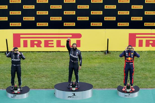 Hamilton over knielen: 'Sommige F1-coureurs begrijpen niet hoeveel invloed ze hebben'