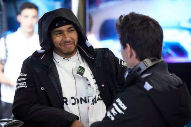 Hamilton na goede vrijdag: 'Leuker om van achteraan te beginnen dan van pole'