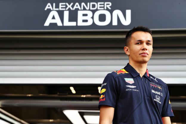Albon: 'Verstappen liet het er in 2016 makkelijk uitzien. Nou, dat is het zeker niet'