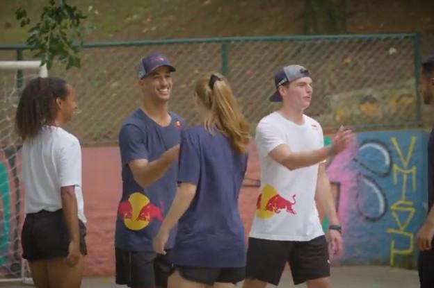 Update II | Video: Ricciardo en Verstappen spelen straatvoetbal