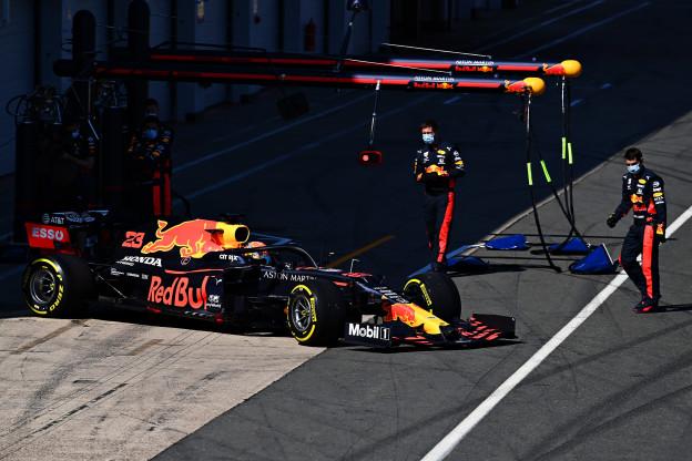 De RB16 de pitstraat uit
