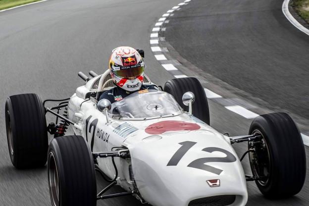 Foto's: Verstappen rijdt in oude V12 Formule 1-auto van Honda uit 1965