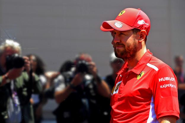 Vettel sluit 'lastige periode' af met overwinning: 'Verrast, maar vooral dankbaar'