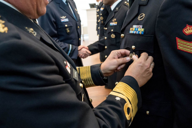 Mariniers ontvangen Kikvors-insigne voor geheime sabotagemissies bij Somalië