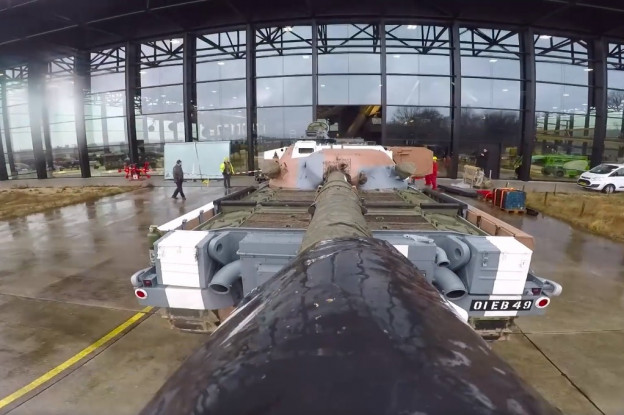 Video | Chieftain-tank arriveert in NMM voor tentoonstelling 'Als de Russen komen'